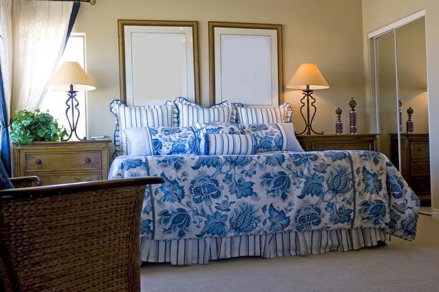Jak urządzić sypialnię? Przegląd romantycznych wnętrz